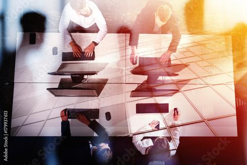 Plakat Biznesmeni w biurze współpracują z komputerem. koncepcja partnerstwa i pracy zespołowej