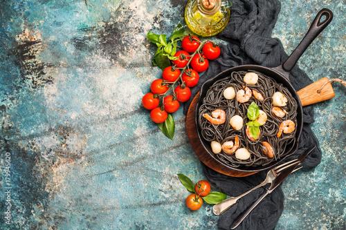 Fototapeta Czarne spaghetti z owocami morza