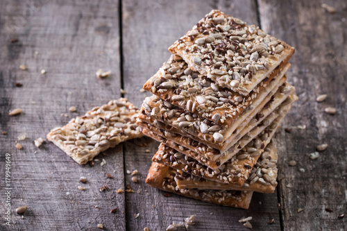 Photo Crunchy crispbread on a wooden background
