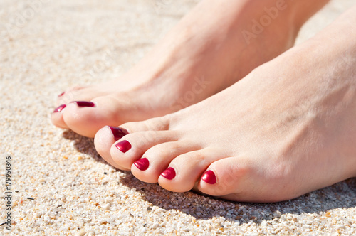 Poster Pedicure womans feet on sand