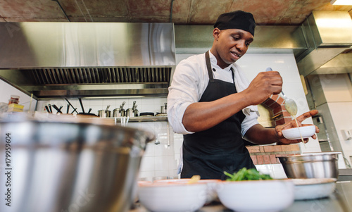 Photo  Chef cooking food in restaurant kitchen