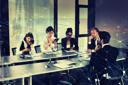 Plakat Przedsiębiorca w biurze z efektem sieci. koncepcja partnerstwa i pracy zespołowej
