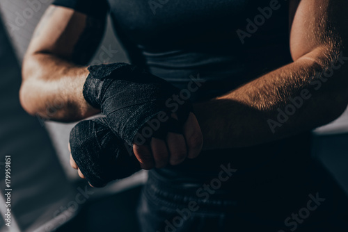 Fotografia boxer wrapping hands with bandages