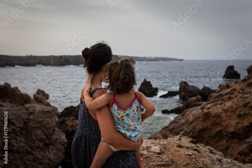 Photo  Madre e hija mirando al mar en un acantilado