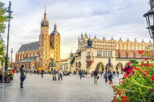 Photo sur Aluminium Cracovie St. Mary's church and Cloth's Hall by sunset, Krakow, Poland