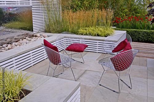 Obraz A contemporary garden patio with seating - fototapety do salonu