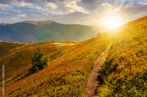 Fotografía path though mountain hills and ridge at sunset
