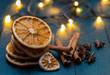Getrocknete Orangen mit Anis und Zimt auf petrolfarbenen Holz