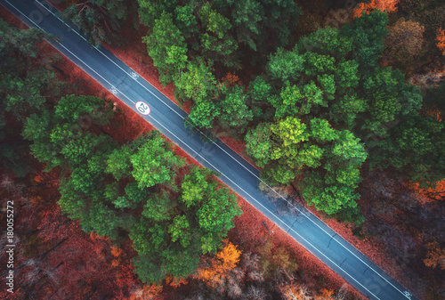 widok-z-lotu-ptaka-droga-w-pieknym-jesien-lesie-zadziwiajacy-krajobraz-z-pusta-wiejska-droga-drzewa-z-zielonymi-czerwonymi-i-poma