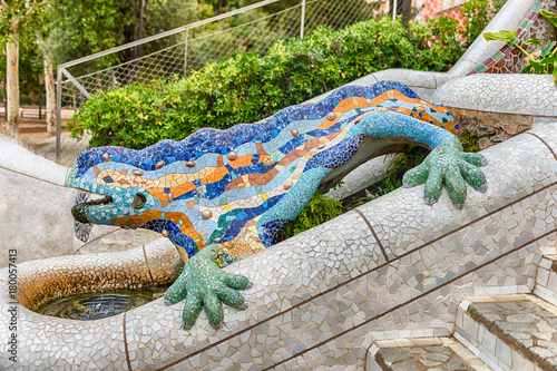Photo The iconic Dragon sculpture in Park Guell, Barcelona, Catalonia, Spain