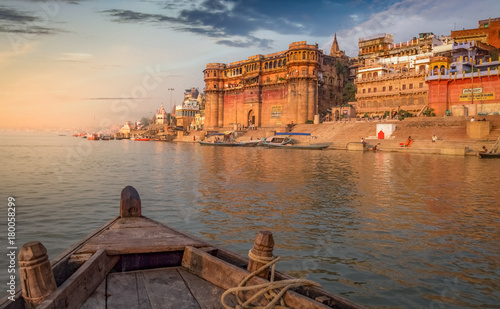 Poster Lieu connus d Asie Ganges river boat ride at sunset overlooking the ancient Varanasi city, India.