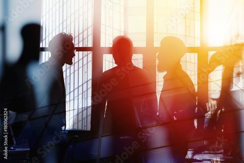 Obraz na dibondzie (fotoboard) Biznesmeni, którzy pracują razem w biurze. Koncepcja pracy zespołowej i partnerstwa. podwójna ekspozycja