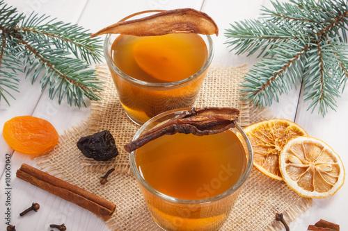 Plakat Świerkowe gałęzie i tradycyjny kompot z suszonych owoców na ferie świąteczne