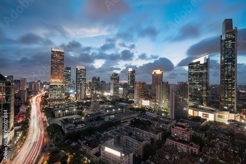 wieczor-w-szanghaju-oswietlone-miasto