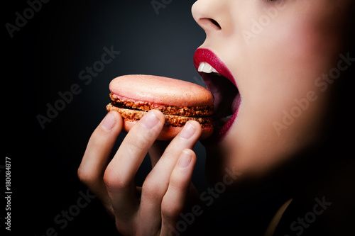 Plan serré d'une jeune fille dégustant un cupcake Canvas Print