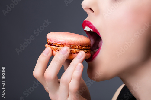 Plan serré d'une jeune fille dégustant un cupcake