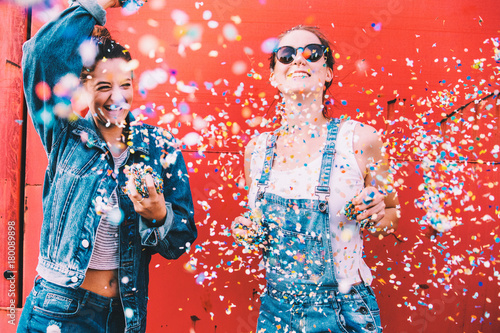Poster Wintersporten Hipster girlfriends celebrating with confetti