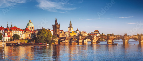Photo  View of the Vltava River and the bridges shined with the sunset sun, Prague, the