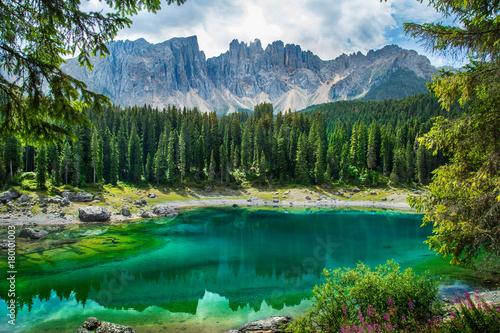 Foto  Carezza lake (Lago di Carezza, Karersee) in Dolomites Alps