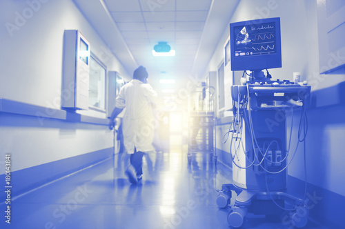 Plakat EKG i ultradźwiękowe monitorowanie czynności serca za pomocą migającego światła na końcu korytarza szpitalnego