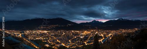 Innsbruck kurz nach einem Sonnenuntergang im Herbst