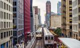 Podwyższone tory kolejowe nad ulicami i między budynkami w The Loop - Chicago, Illinois, USA