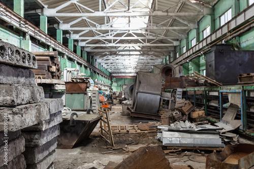 Papiers peints Les vieux bâtiments abandonnés The abandoned shop of the cement plant