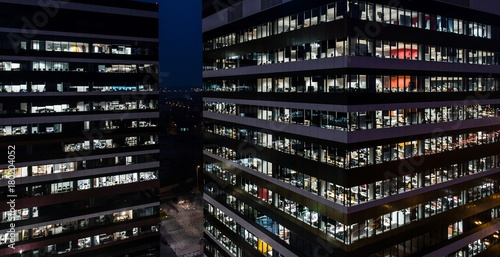 Photo  Office building at night