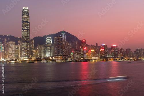 Obraz na dibondzie (fotoboard) Hong Kong pejzaż o zmierzchu, długich ekspozycji fotografii do ruchu łodzi