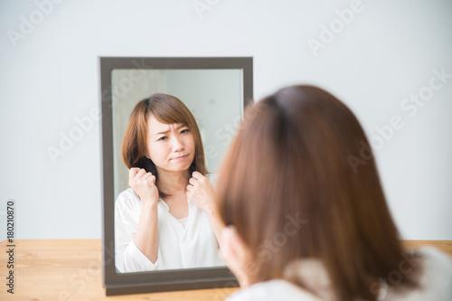 Spoed Foto op Canvas Kapsalon ヘアスタイルを気にする女性(困る)