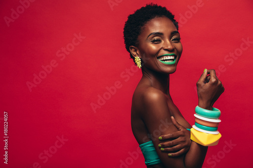 Photo  Smiling female model with artistic makeup