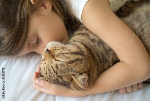 Fotografia  Child sleeping with cat