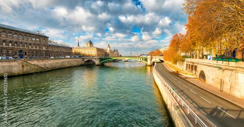 Seine river and buildings in winter - Paris Canvas-taulu