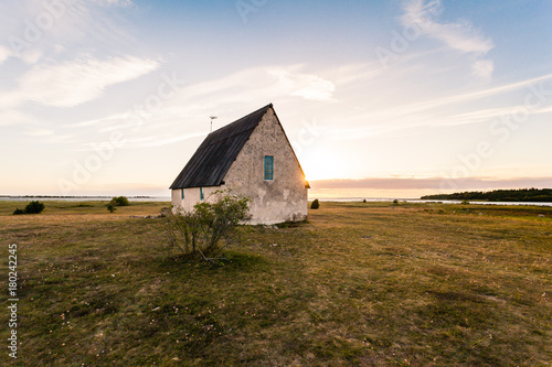 Fotografía limestone church in Gotland by the sea in the sunset