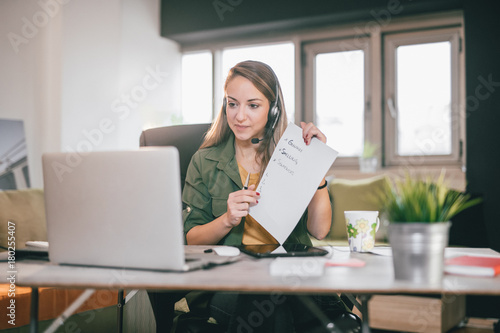 Photo Young English teacher giving online lessons