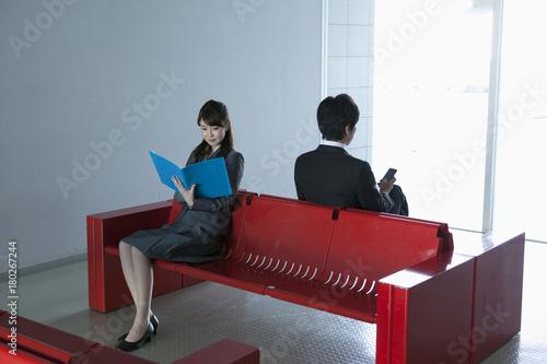 ビジネスシーン 仕事をする30代男性と20代女性