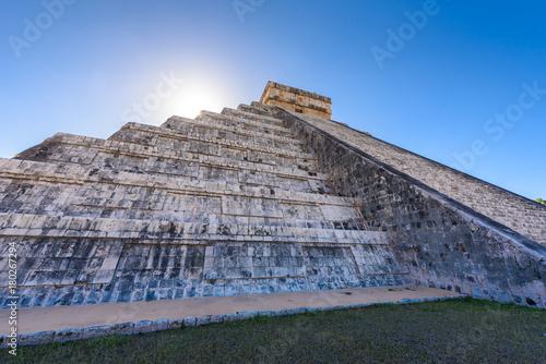Poster Ruine Chichen Itza - El Castillo Pyramid - Ancient Maya Temple Ruins in Yucatan, Mexico