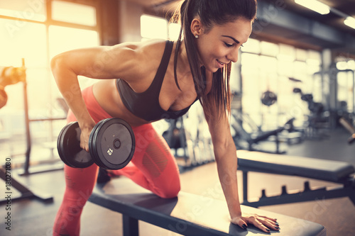 Poster Fitness Sportswoman in gym exercise muscles