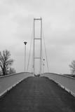 Fototapeta Fototapety mosty linowy / wiszący - Most w tonacji czarno białej