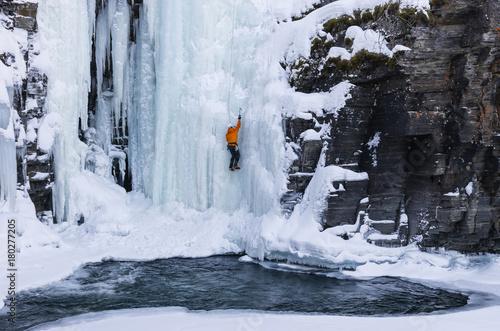 Foto auf Gartenposter Antarktika Man climbing waterfall