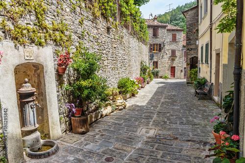 Naklejka premium Wąska ulica na starym mieście we Włoszech