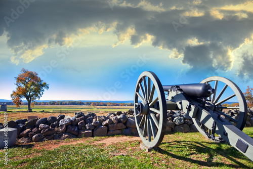 Foto Civil War canon on the Gettysburg battlefield in Autumn near sunset