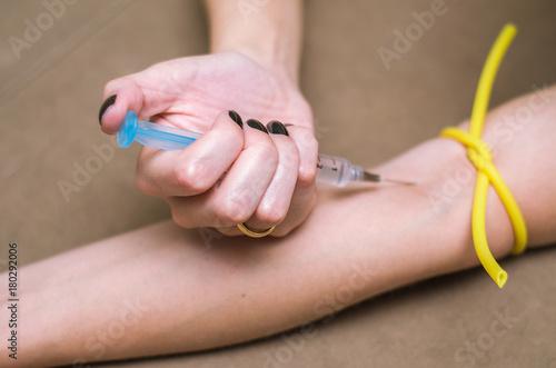Ótimo conceito de drogas recreativas, mulher injetando drogas no braço Canvas Print