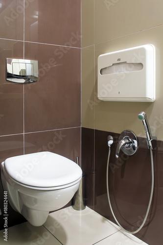 Obraz na dibondzie (fotoboard) Zbliżenie nowoczesnej białej toalety, obok publicznej toalety w restauracji lub hotelu