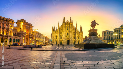 Keuken foto achterwand Milan Milan - Piazza del Duomo at first sunlight