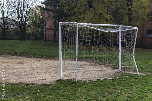campo di calcio con porta e rete Wallpaper Mural