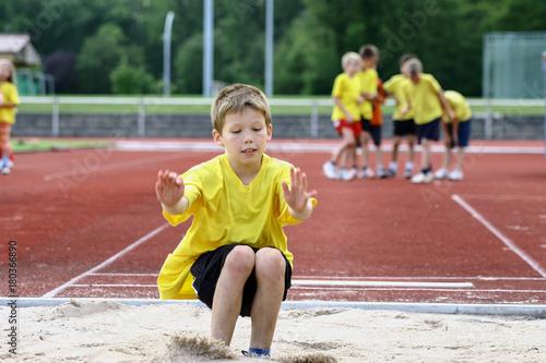 Fotografie, Obraz  Kleiner Junge beim Weitsprung