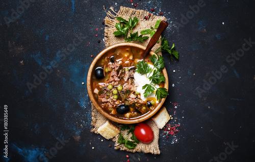 Fototapeta Rosyjska Mięso Solyanka Zupy W Drewnianej Miseczki, Widok Z Góry