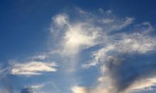 青空と雲「空想・雲のモンスターたち」(入り乱れる、蠢く、縦横無尽になどのイメージ)