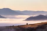 Mała chata na przełęcz w jesień mglisty poranek - 180414630